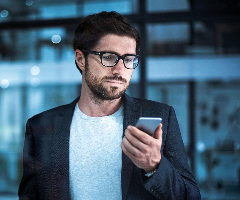 Mann nutzt fürs Telefonieren die Cloud PBX.