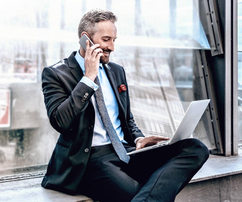 Mann telefoniert mit Smartphone.