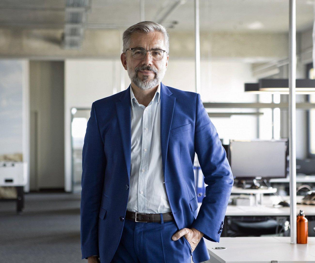 Geschäftsmann im blauen Anzug im modernen Buroraum