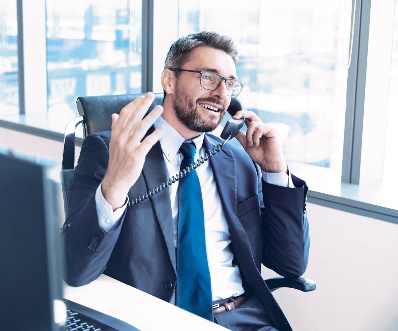 Mann telefoniert im Büro mit Hosted PBX.