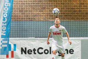 FC-Spieler Niklas Hauptmann beim Ball hochhalten